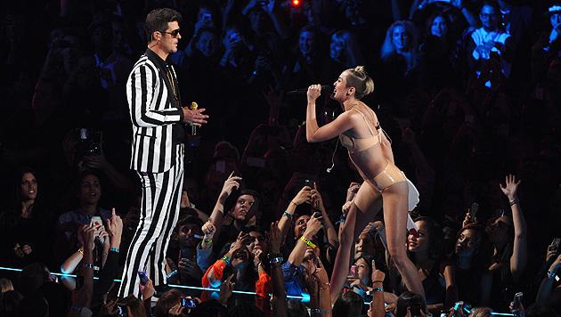 Promi-Welt geschockt über Mileys Nacktauftritt (Bild: AP)