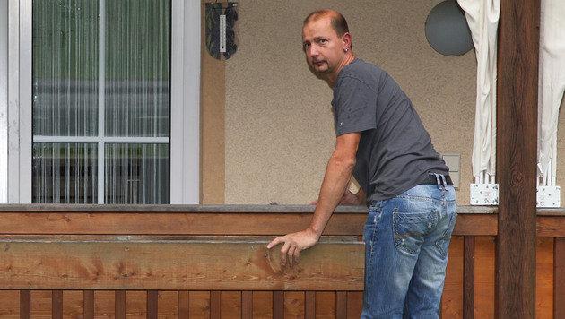 Feuerwehrmann rettet Mutter und Kind von Balkon (Bild: ANDREAS KREUZHUBER)