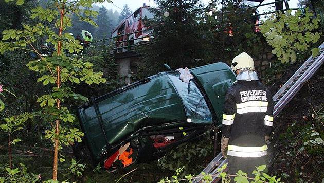 Pkw stürzt in Graben - zwei teils schwer Verletzte (Bild: Einsatzdoku.at)