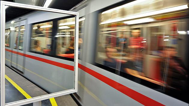 Mann von U-Bahn überrollt - im Spital gestorben (Bild: APA/HERBERT NEUBAUER)