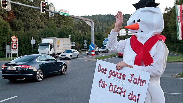 Kärntner Jung-SPÖler werben im Schneemannkostüm (Bild: APA/Gert Eggenberger)