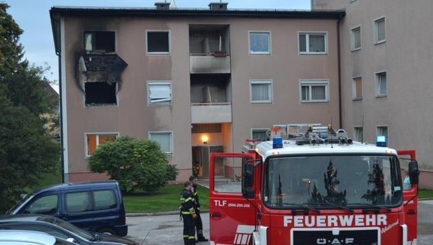 Wohnung stand in Flammen - drei Menschen verletzt (Bild: Einsatzdoku.at)