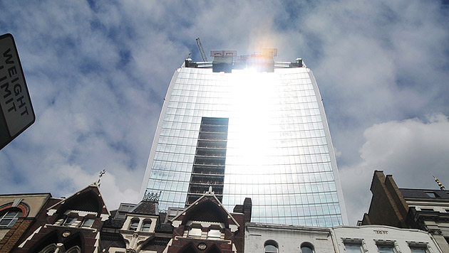 """London: Vorhang als Schutz vor """"Feuer-Hochhaus"""" (Bild: AP)"""