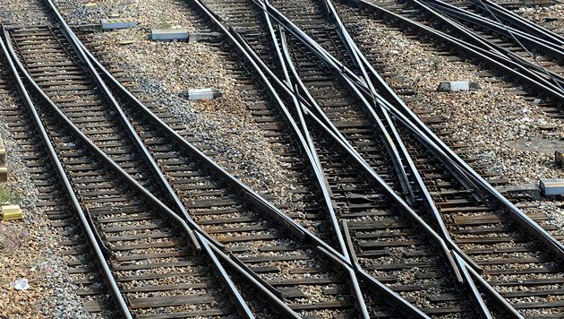 Tirolerin (22) von Güterzug erfasst und getötet (Bild: APA/HERBERT PFARRHOFER (Symbolbild))