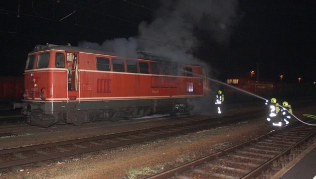 NÖ: Triebwagen stand am Tullner Bahnhof in Flammen (Bild: Stadtfeuerwehr Tulln)