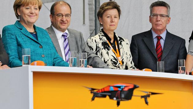 Piratenpartei lässt Drohne vor Merkel abstürzen (Bild: dpa-Zentralbild/Jan Woitas)