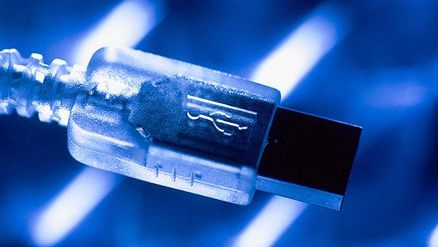 Verdrehsicherer USB-Stecker steht vor der Tür (Bild: thinkstockphotos.de)