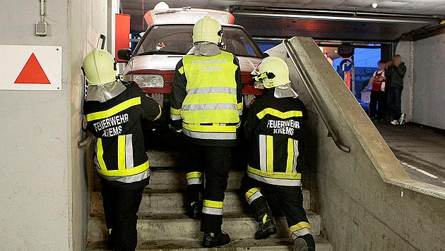 Krems: Auto bleibt auf Garagentreppe hängen (Bild: APA/FF KREMS/M.WIMMER)