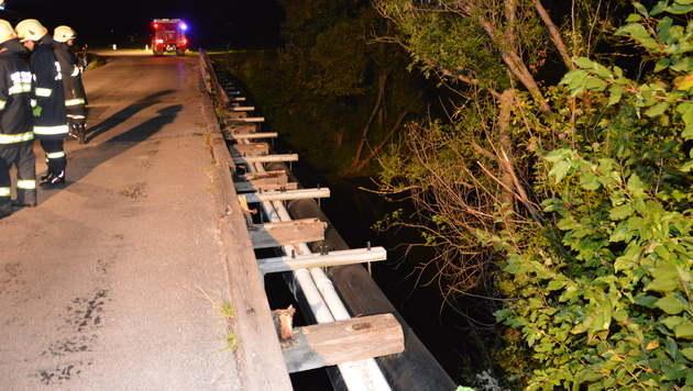 Unfall in NÖ: Auto beinahe von Brücke gestürzt (Bild: Boc-News/Oliver Babos)