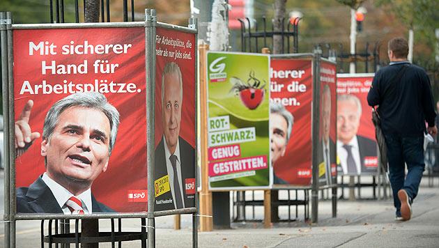 Plakate und Spenden: Grüne zeigen 6 Parteien an (Bild: APA/Roland Schlager)
