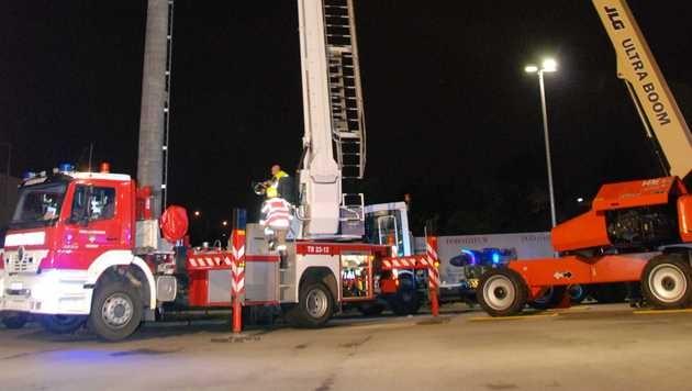 Feuerwehr befreit drei Arbeiter aus 28 Metern Höhe (Bild: Herbert Wimmer/Pressestelle BFK Mödling)