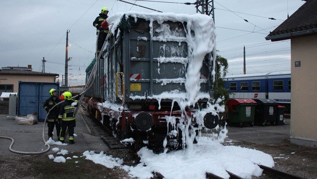NÖ: Müllwaggon stand am Bahnhof Tulln in Flammen (Bild: FF Tulln)