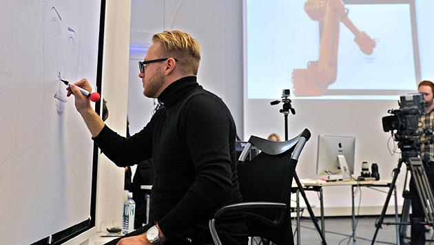 Wiener Künstler malt in drei Städten gleichzeitig (Bild: AP)