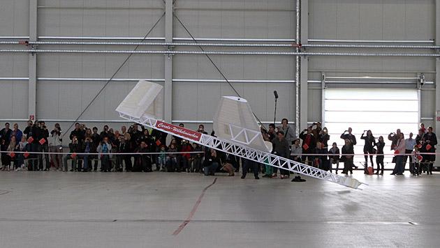 Größter Papierflieger der Welt segelt 18 m weit (Bild: TU Wuppertal)