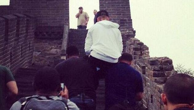 Bieber lässt sich auf Chinesische Mauer tragen (Bild: Twitter)