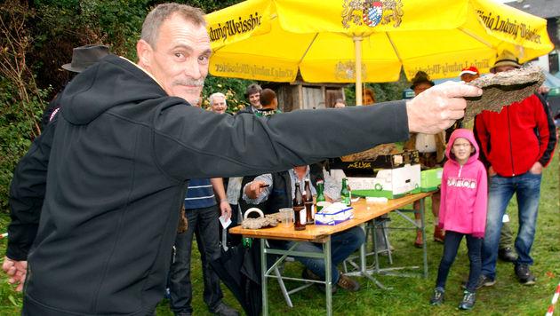Erste Kuhfladenweitwurf-Meisterschaft in Tirol (Bild: Reiter)