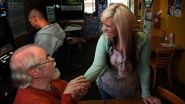 USA: Kellnerin gewinnt 17.500 Dollar Trinkgeld (Bild: AP)