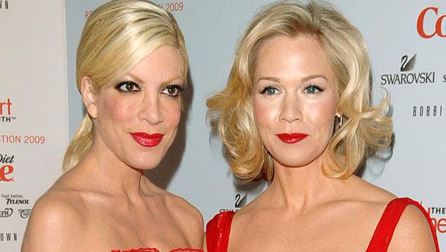 """Geimeinsam mit Jennie Garth stand Tori Spelling für """"Beverly Hills 902010"""" vor der Kamera. (Bild: AP)"""