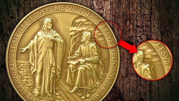 Papst-Münze wegen peinlichen Fehlers zurückgezogen (Bild: Italian State Mint, thinkstockphotos.de, krone.at-Grafik)