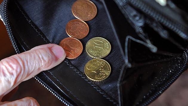 Dreister Trickdieb stiehlt Pensionist 15.000 Euro (Bild: dpa/Jens Kalaene)
