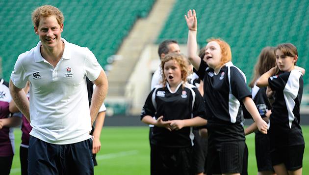 Prinz Harry mit vollen Körpereinsatz beim Rugby (Bild: AP, EPA)