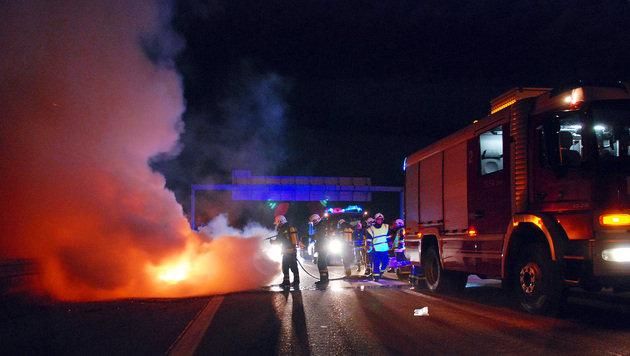Erneut Fahrzeug auf der A2 in NÖ ausgebrannt (Bild: APA/HERBERT WIMMER/PRESSESTELLE BFK MÖDLING)