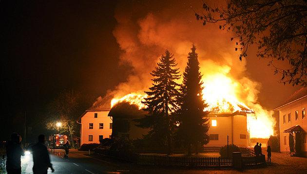Bauernhof zerstört, Tiere verendet (Bild: APA/FF WEIBERN)