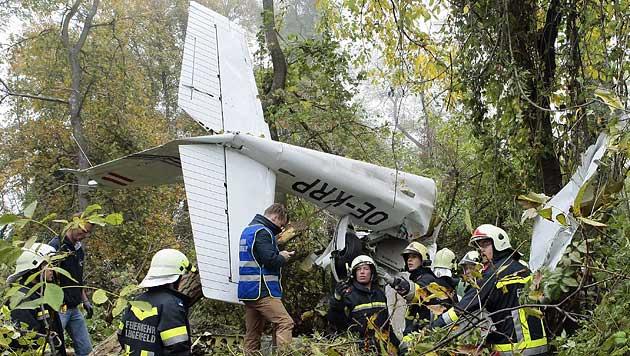http://imgl.krone.at/Bilder/2013/10/20/Flugzeug_zerschellt_in_Wald_nahe_Krems_-_Pilot_tot-Drama_um_Bruederpaar-Story-379878_630x356px_1_MRvVuGP94DrzM.jpg