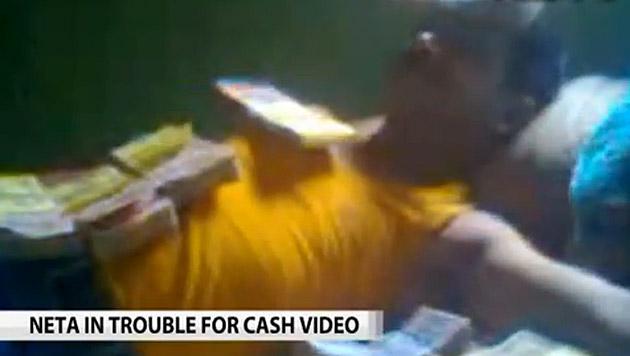 Indischer Politiker schlief in Bett voll mit Geld (Bild: YouTube (Screenshot))