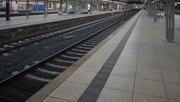 T: Beherzte Pensionistin rettete Frau vor Güterzug (Bild: dpa/Fredrik von Erichsen (Symbolbild))