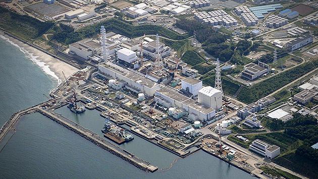 Schweres Erdbeben erschütterte Region Fukushima (Bild: AP Photo/Kyodo News, krone.at-Grafik)