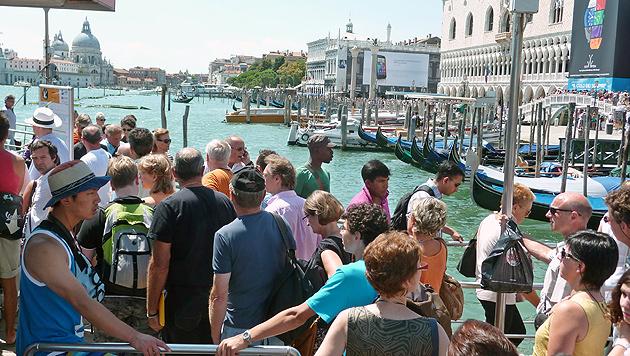 Touristen warten in Venedig auf die nächste Fähre. (Bild: EPA)