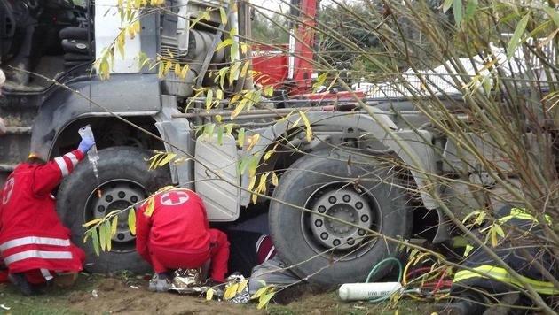 Lenker von eigenem Lkw überrollt - schwer verletzt (Bild: FF Sierning)