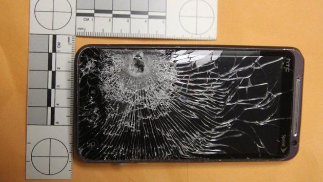 """Kugel """"gefangen"""": Smartphone rettet Mann das Leben (Bild: Polizei)"""