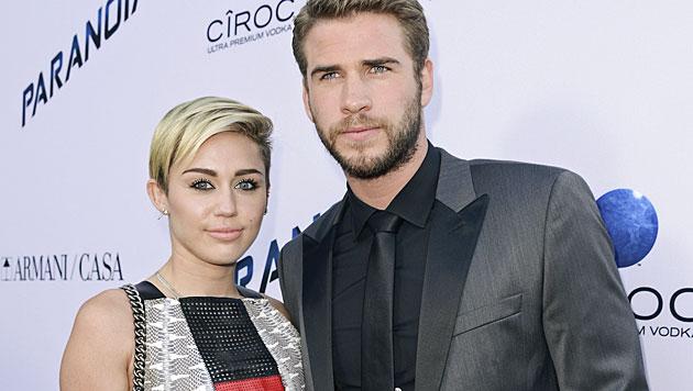 Miley und Liam Hemsworth beim Knutschen erwischt (Bild: AP)