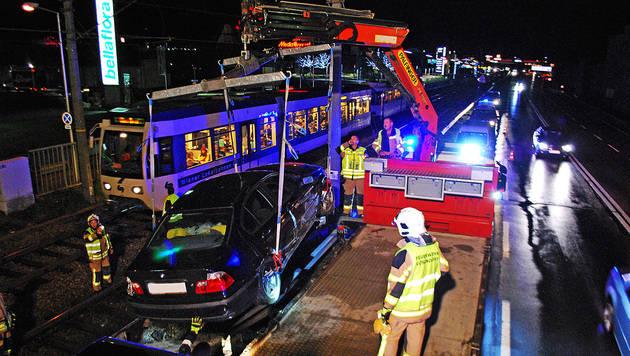 NÖ: Badner Bahn rammt verunfalltes Auto (Bild: APA/BERNHARD SINGER/BFK MÖDLING)