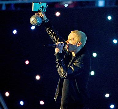 Miley raucht bei EMAs Joint auf der Bühne (Bild: AFP)