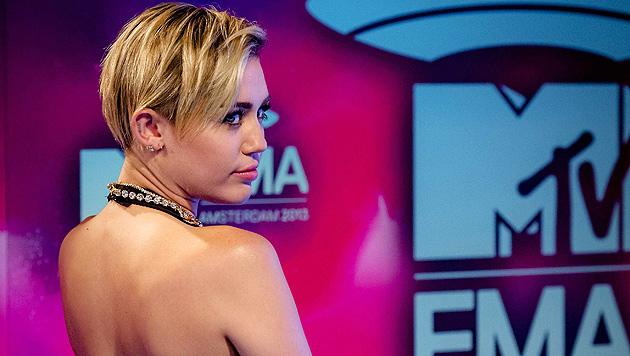 Miley raucht bei EMAs Joint auf der Bühne (Bild: EPA)