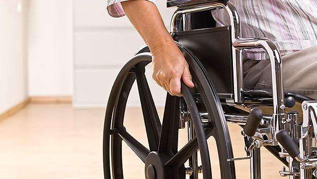 Schuhe tropfnass - Mann klaut Rollstuhl aus Spital (Bild: thinkstockphotos.de (Symbolbild))