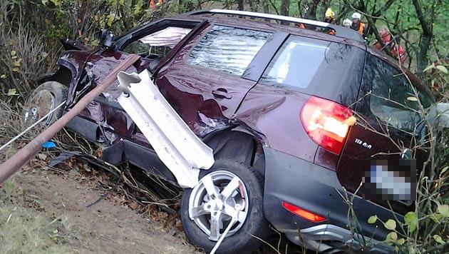 Autolenker bei Unfall von Leitschiene aufgespießt (Bild: FF Niederrußbach)