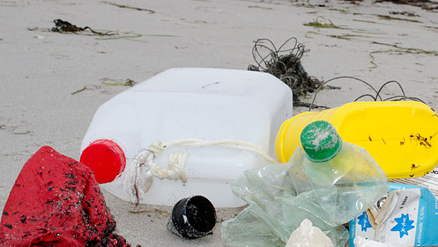 Großkonzerne verpflichten sich zu weniger Plastik (Bild: dpa/Stefan Sauer)