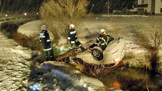 Linzer übersteht Sturz mit Auto in Bach unverletzt (Bild: FF Gaflenz)