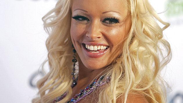 """2009 unternahm sie in """"Auf und davon – Mein Auslandstagebuch"""" den Versuch, Hugh Hefner zu treffen. (Bild: dpa/Rolf Vennenbernd)"""
