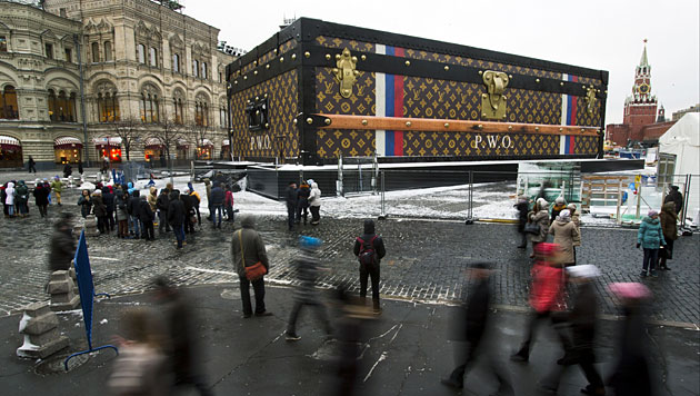Riesiger Luxuskoffer in Moskau wurde abgebaut (Bild: AP)