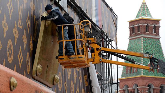 Riesiger Luxuskoffer in Moskau wurde abgebaut (Bild: AFP)