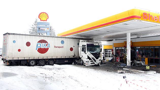 Salzburg: Lastwagen in Tankstelle gerast (Bild: Andreas Kreuzhuber)