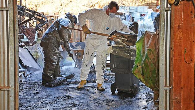 Massenhaft Hydrauliköl auf Areal in NÖ ausgetreten (Bild: APA/PRESSESTELLE BFK MÖDLING)