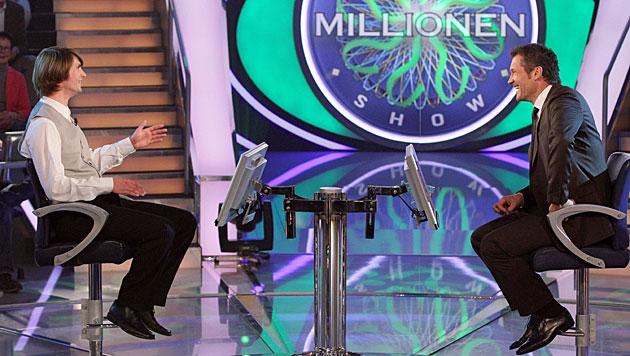 Armin Assinger stellt wieder die Millionenfrage (Bild: ORF/Milenko Badzic)