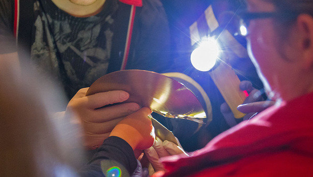 Bub steckte mit Finger in Schlagzeug-Becken fest (Bild: Stefan Schneider Freiwillige Feuerwehr Baden-Stadt)