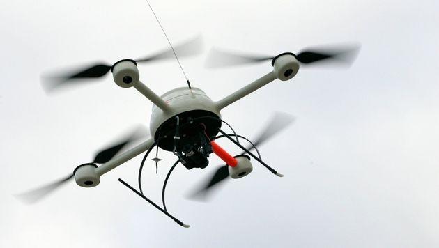 Neue WLAN-Drohne schnüffelt auf Smartphones herum (Bild: dpa/Oliver Killig)